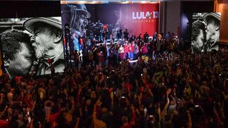 Partido se vê às voltas de como divulgar o nome de Haddad sem enfraquecer discurso de que Lula é o candidato da sigla