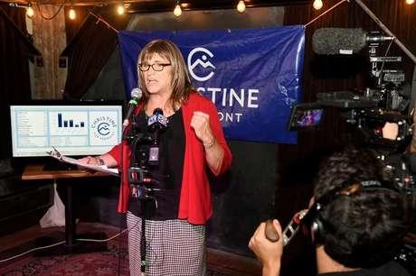 Candidata democrata ao governo de Vermont, Christine Hallquist, durante evento em Burlington, Estados Unidos 14/08/2018 REUTERS/Caleb Kenna