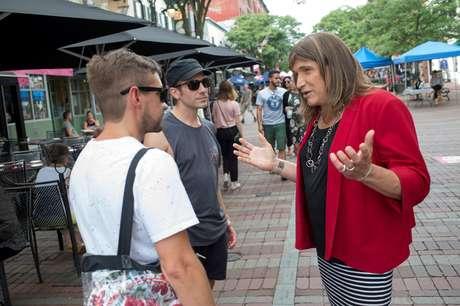 A candidata Christine Hallquist conversa com eleitores em rua de Burlington, no Estado americano do Vermont