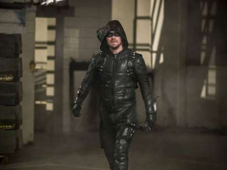 "Stephen Amell, de ""Arrow"", mostra machucados de Oliver Queen nos bastidores da 7ª temporada"