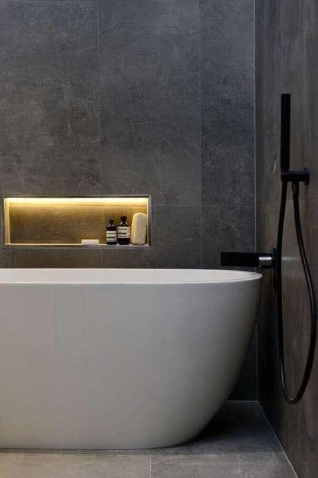 32. Decoração sofisticada em banheiro com nicho embutido com iluminação