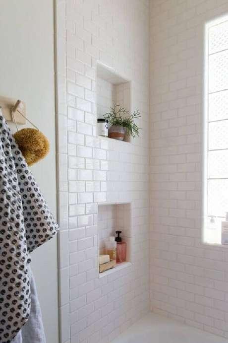 41. Decoração de banheiro com nicho embutido e azulejo