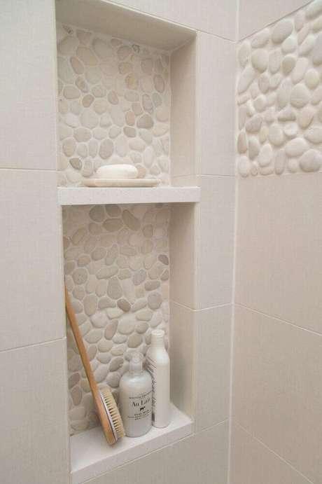 18. Banheiro com nicho embutido e com revestimento de pedra