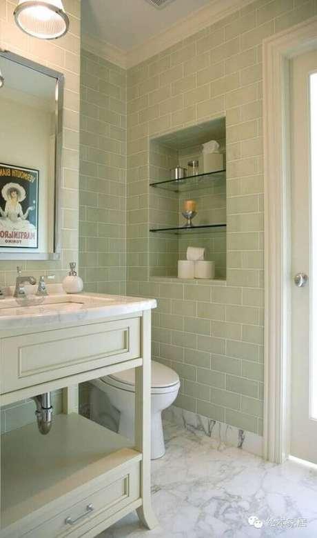 6. Banheiro com nicho embutido e prateleiras de vidro