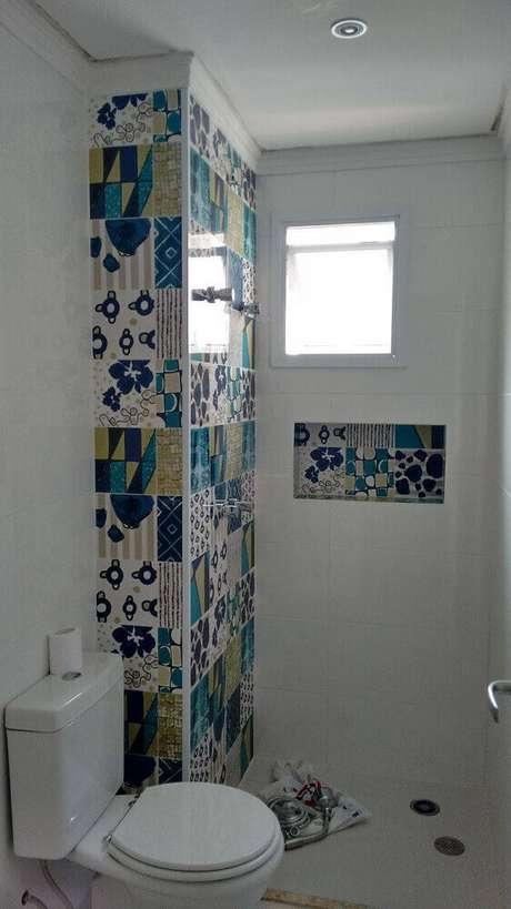37. Decoração de banheiro com nichos revestidos com azulejos decorativos