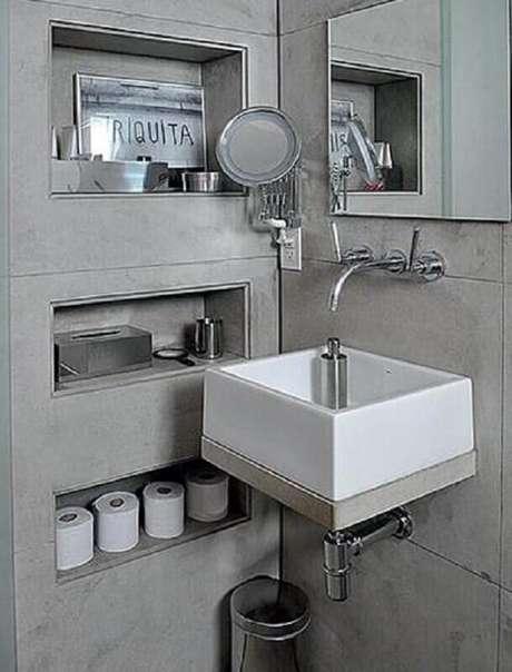 33. Banheiro com decoração moderna e nichos embutidos
