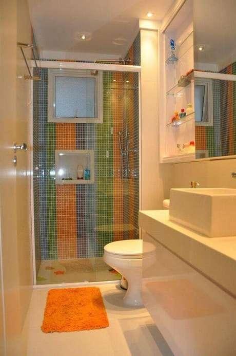 42. Box de banheiro com nicho e pastilhas coloridas