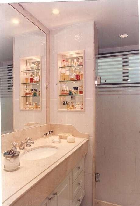 26. O nicho para banheiro com iluminação deixa o ambiente mais aconchegante