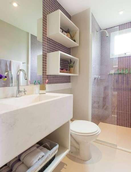 21. Decoração de banheiro com nicho branco