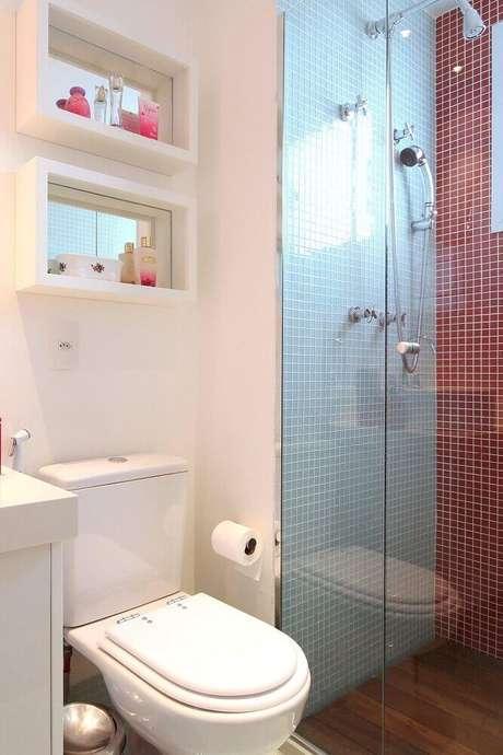 39. Decoração de banheiro com nicho espelhado
