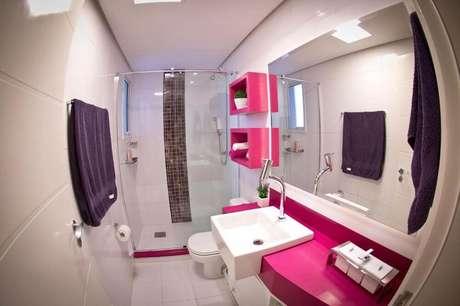 13. O banheiro com nicho colorido pode ganhar um charme a mais