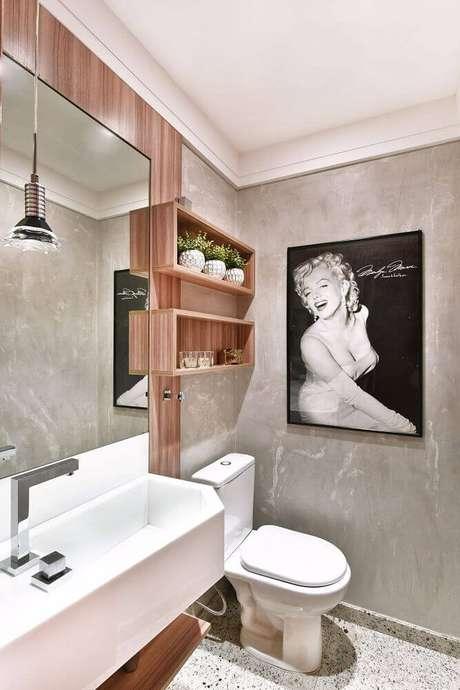 36. Decoração de banheiro com nichos de madeira e cimento queimado