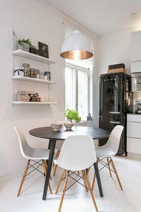 49. Sala de jantar com decoração clean e mesa redonda de madeira com cadeiras brancas – Foto: Correodelsur