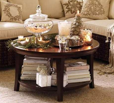 9. A mesa de centro redonda é perfeita para apoiar objetos decorativos e decorar a sala de estar – Foto Aripan Design