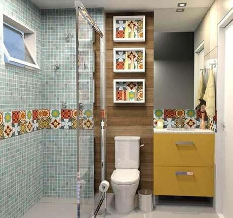 12. Banheiro com nicho com revestimento estampado para incrementar a decoração.