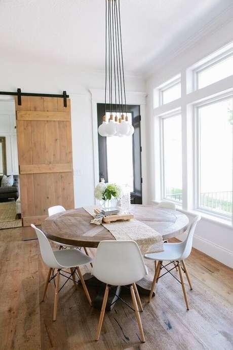 43. Decoração escandinava para sala de jantar com mesa redonda e pendentes minimalista – Foto: Pinterest