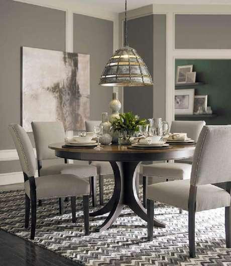 7. É muito importante que o tapete que fica embaixo da mesa de jantar redonda não impeça a movimentação das cadeiras – Foto Pinterest