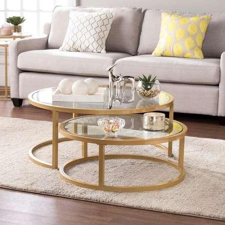8. A mesa redonda baixa é perfeita para compor a decoração da sala de estar – Foto Over Stock