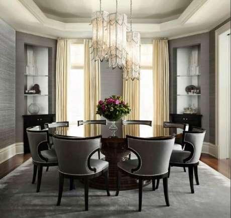 22. Decoração sofisticada com mesa redonda para sala de jantar com pendente luxuoso e tapete cinza – Foto Architecture Art Designs