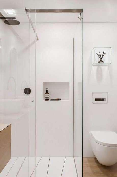 27. Delicada decoração com nicho de vidro para banheiro