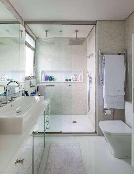 15. Decoração com grande nicho para banheiro em porcelanato