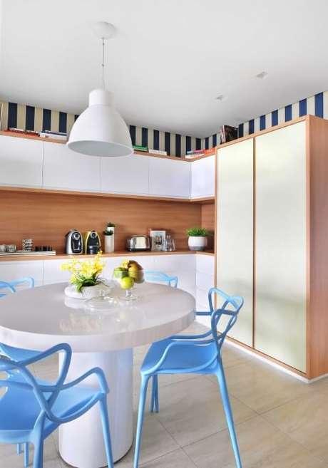 3. Em uma decoração clara e moderna, a mesa redonda combinou muito bem. Projeto de Ana Yoshida