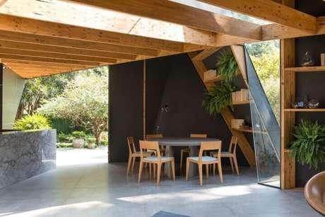 58. Mesa redonda cinza com cadeiras de madeira. Projeto de Casa Cor 2016