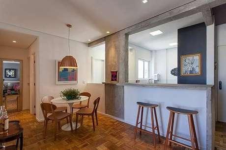 """4. Essa mesa redonda tem apenas um pé e se encaixa perfeitamente no """"cantinho"""" da sala. Projeto de Tria Arquitetura"""