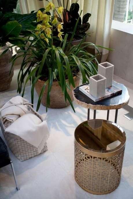 65. Mesa redonda de apoio e vasos decorativos. Projeto de Negrelli e Teixeira