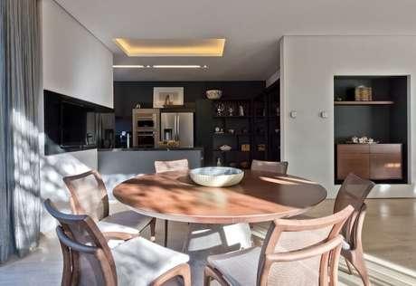 2. As mesas redondas podem ser usadas tanto para fazer refeições quanto para decorar o ambiente. Projeto de Leonardo Muller