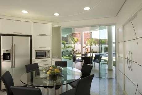 12. Mesa redonda de vidro no centro da cozinha. Projeto de Aquiles Nicolas Kilaris