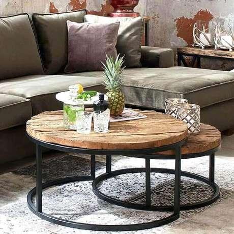 34. A mesa de centro redonda com tampo de madeira rústica deu mais charme para a sala de estar decorada – Foto: Premium Line