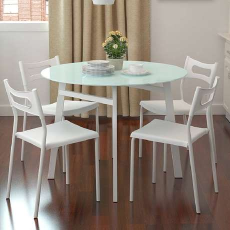 25. Modelo simples de mesa redonda para sala de jantar com cadeiras brancas – Foto: Viridian the band