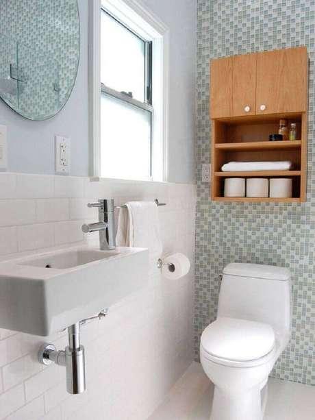 30. Em um banheiro clean, o nicho de madeira pode trazer bastante conforto