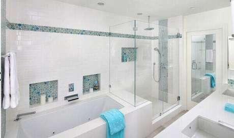 55- Nicho para banheiro clean com pastilhas coloridas. Fonte: Pinterest