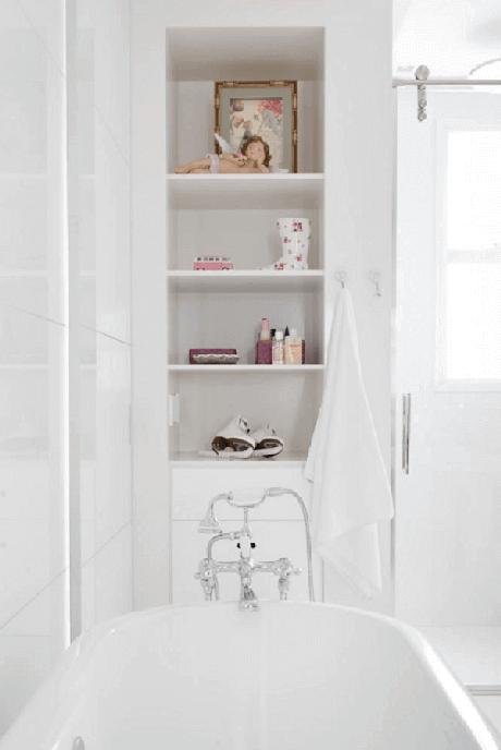 49- Nicho para banheiro é ótimo para colocar peças decorativas. Fonte: Pinterest