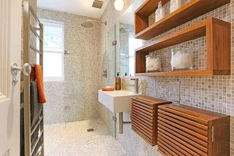 64- Nicho para banheiro de madeira deixa o ambiente mais bonito e requintado.