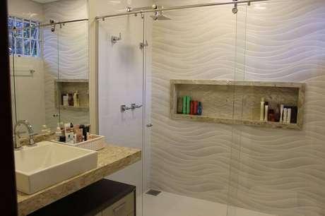 24. Nicho para banheiro em porcelanato dentro do box deixa o espaço bonito e otimizado