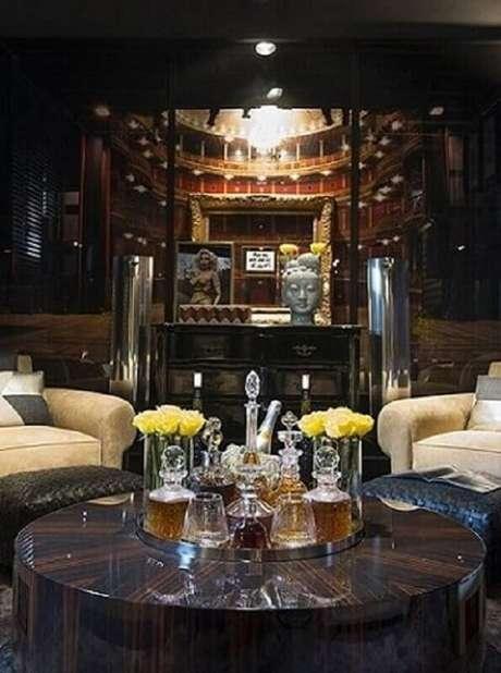 61. Sala com mesa de centro redonda usada como bar. Projeto de Michel Safatle