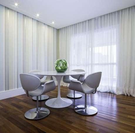 38. Mesa redonda com 4 cadeiras combinando. Projeto de Lidiane Lourenço