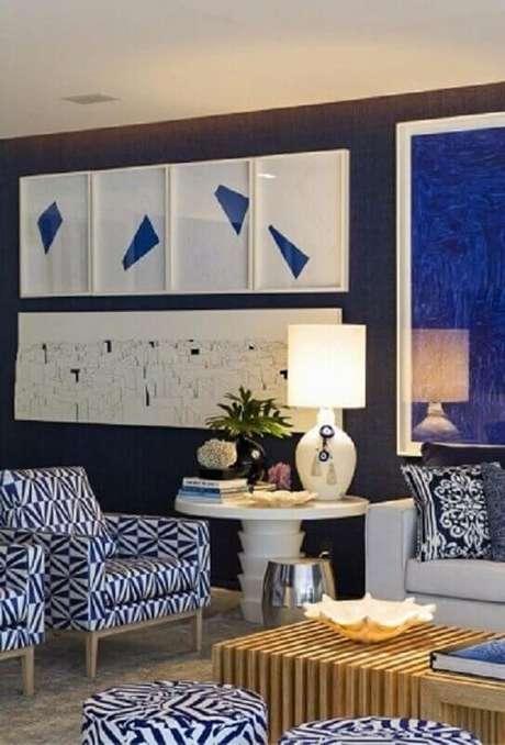 27. Mesa redonda de apoio branca em decoração predominantemente azul. Projeto de Roberto Migotto
