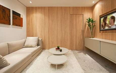 32. Sala de TV com mesas redondas de centro. Projeto de Eduarda Correa