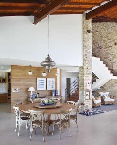 39. Sala ampla com mesa redonda grande e várias cadeiras. Projeto de RBP Arquitetura