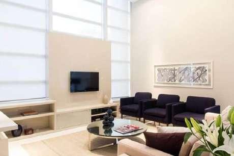 21. Sala de estar com mesa redonda espelhada de centro. Projeto de Marilia Veiga