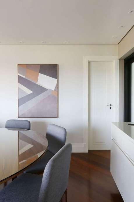 50. Sala com mesa redonda de vidro e madeira. Projeto de Degrade Decoração