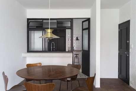 42. Sala de jantar com mesa e cadeiras de madeira. Projeto de Felipe Hess