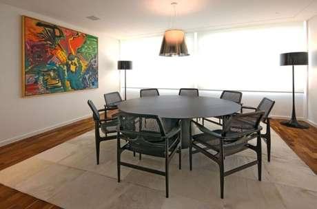 44. Mesa redonda ampla e cadeiras pretas. Projeto de AMFB Arquitetura