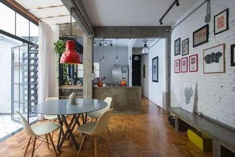 51. Ambiente moderno com mesa redonda com 4 cadeiras. Projeto de Daniel Winter