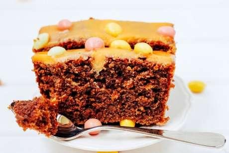 Bolo de cenoura invertido: bolo de chocolate com cobertura de cenoura