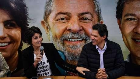 Expectativa é que Haddad, hoje vice na chapa, assuma a candidatura em algum momento, com Manoela D'Ávila como vice